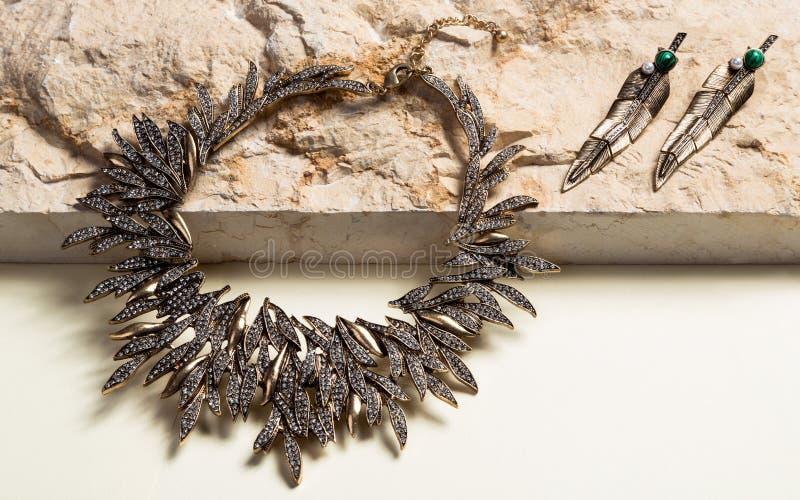 Halsband en oorringen op natuursteen wordt geplaatst dat royalty-vrije stock fotografie