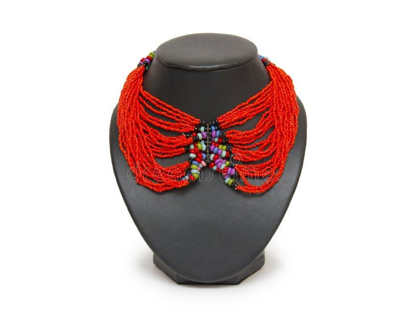 Halsband för röd korall på en skyltdocka som isoleras på vit royaltyfri fotografi