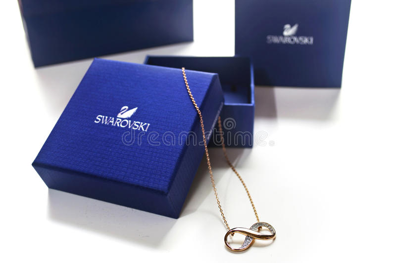 Halsband för Swarovski bronsoändlighet royaltyfri foto