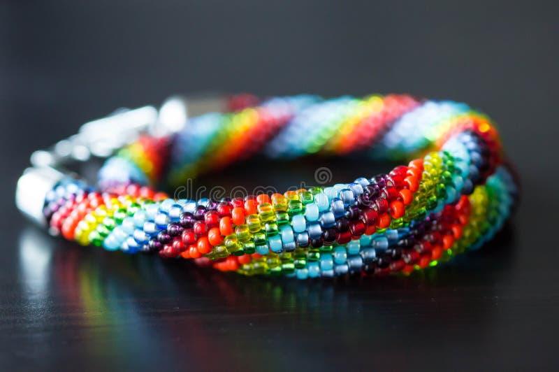 Halsband från mång--färgade pärlor arkivbilder