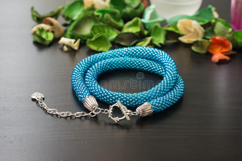 Halsband från pärlor av turkosfärg på en träbakgrund royaltyfria foton