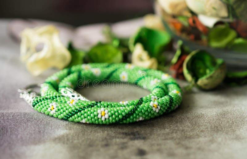 Halsband från pärlor med blommateckningen arkivbild