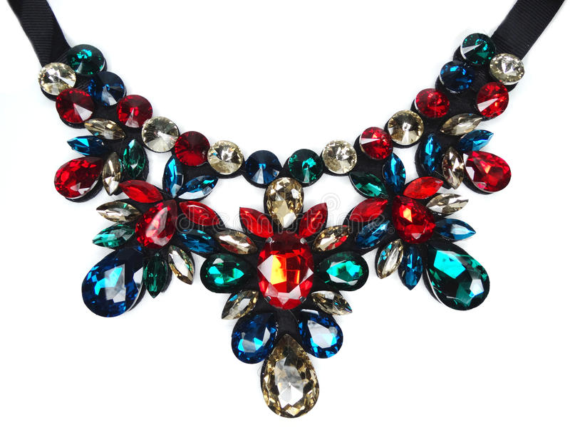 Halsband med ljusa kristallsmycken arkivbild