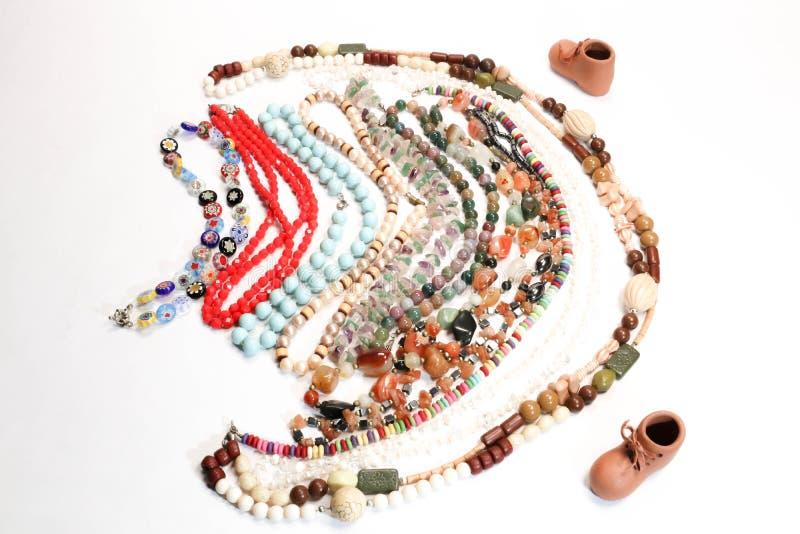 Halsband med mång- kulöra pärlor och Mini Boot Fashion Collection Presentation royaltyfria foton