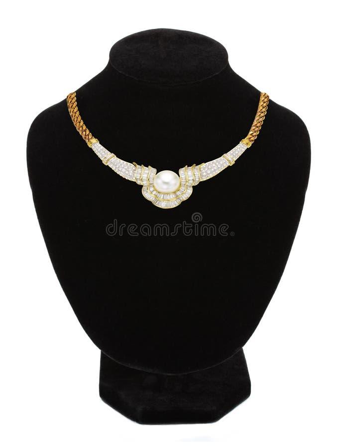 Halsband med pärlan på den svarta skyltdockan som isoleras på vit arkivfoton