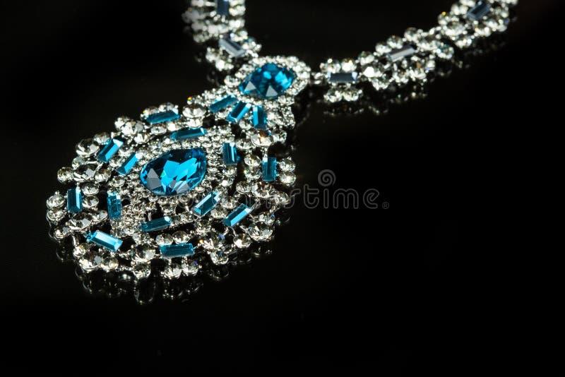 Halsband met grote juwelen Op zwarte achtergrond stock foto