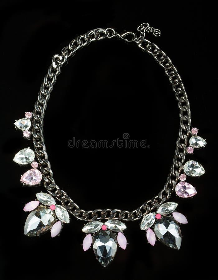 Halsband met grote juwelen Op zwarte achtergrond stock foto's