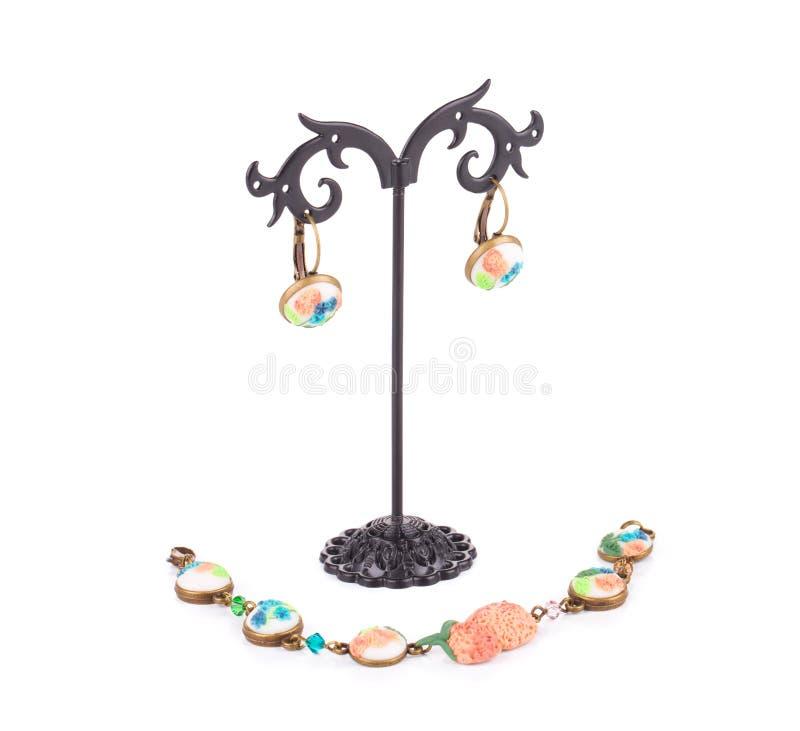 Halsband och örhängen med konstgjorda blommor royaltyfria foton