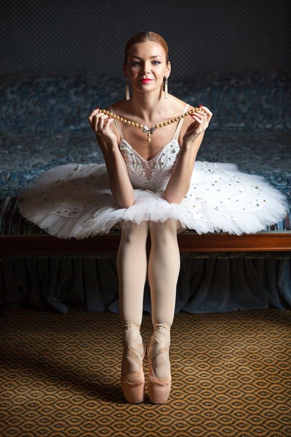 Halsband och le för ballerinainnehavpärla royaltyfria bilder