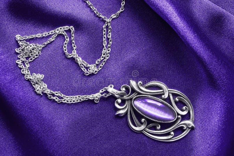 Halsband op satijn royalty-vrije stock fotografie