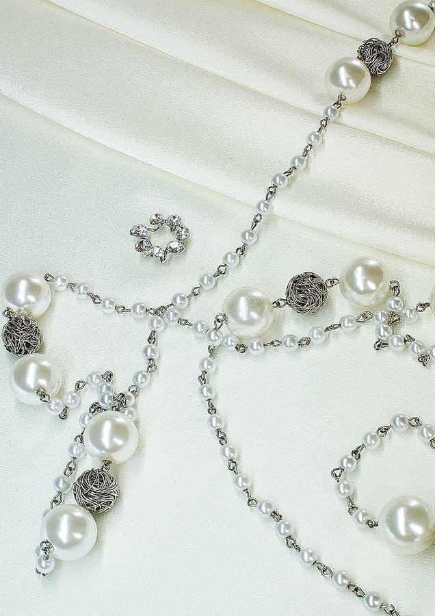 Halsband van parels op zijde stock afbeelding