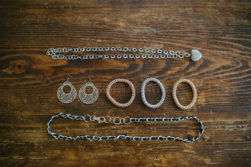 halsbandarmband och örhängen av bijouterier fördelade över arkivfoto