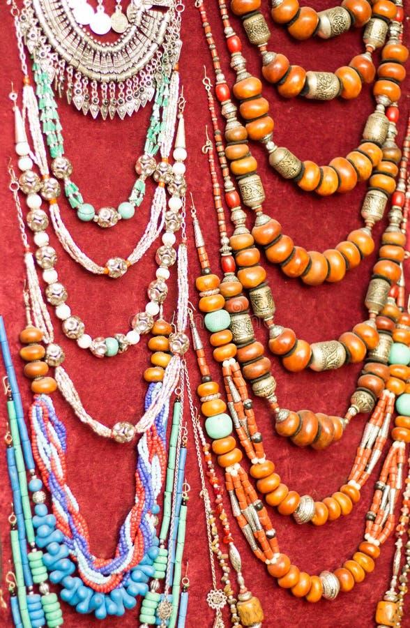 Halsbanden in een markt in Marrakech stock fotografie