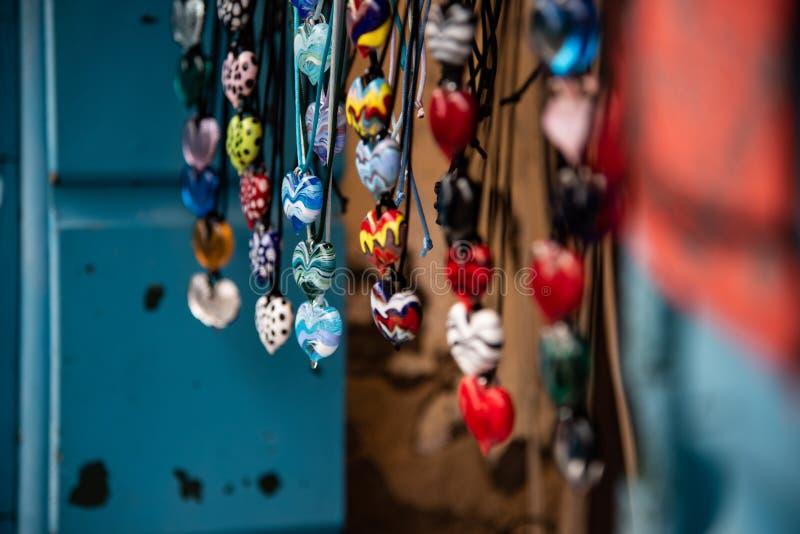 Halsbanden met multicolored ronde tegenhangers in het artistieke glas van Murano royalty-vrije stock foto's