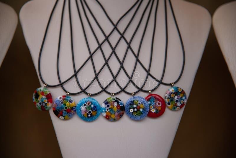 Halsbanden met multicolored ronde tegenhangers in het artistieke glas van Murano royalty-vrije stock fotografie