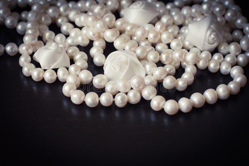 halsbandet pryder med pärlor white royaltyfria bilder
