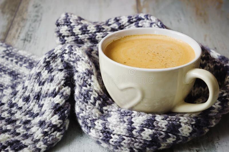 Halsduk och kaffe arkivfoton