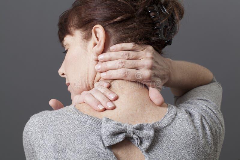 Halsen och skuldran gör en gest för att släppa spänning arkivbilder
