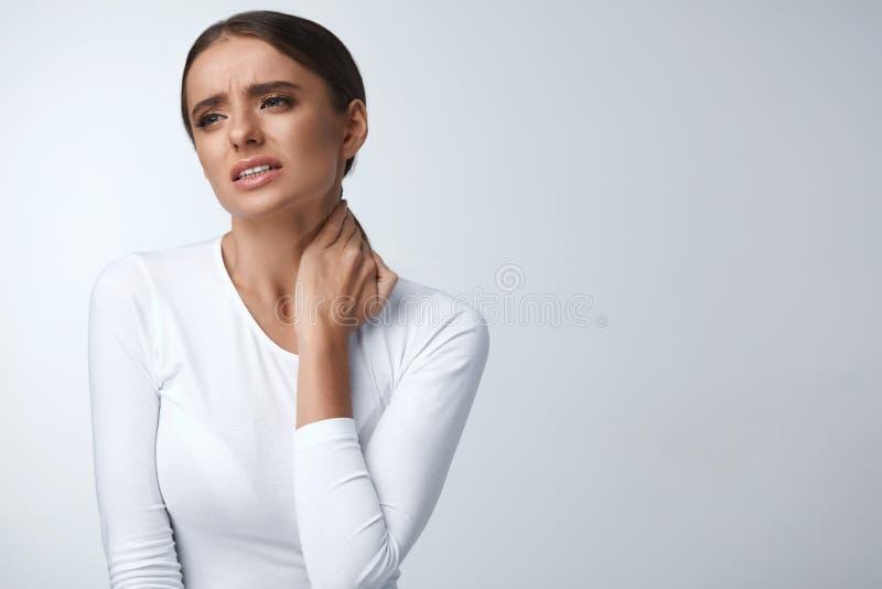 halsen smärtar Den härliga kvinnan som har smärtsam känsla, kropp smärtar royaltyfri bild