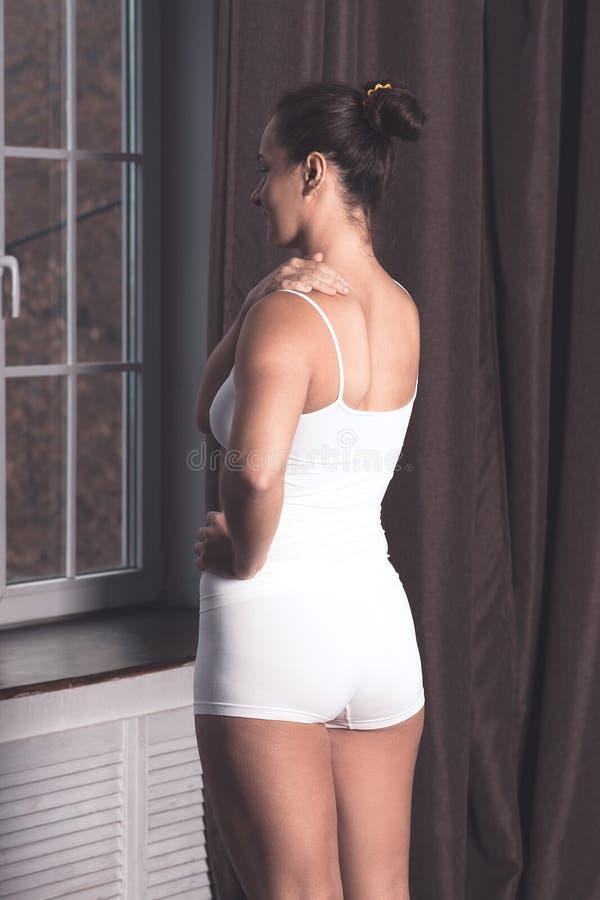 Halsen smärtar, kvinnalidande från ryggvärk arkivfoto