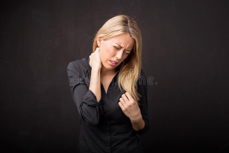halsen smärtar kvinnan royaltyfri fotografi