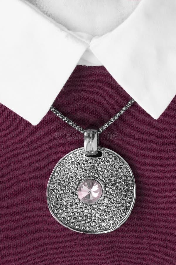 Halskette auf Pullover lizenzfreies stockfoto