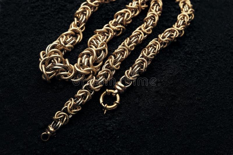 Halskette gemacht vom Gold, würdig stockbilder