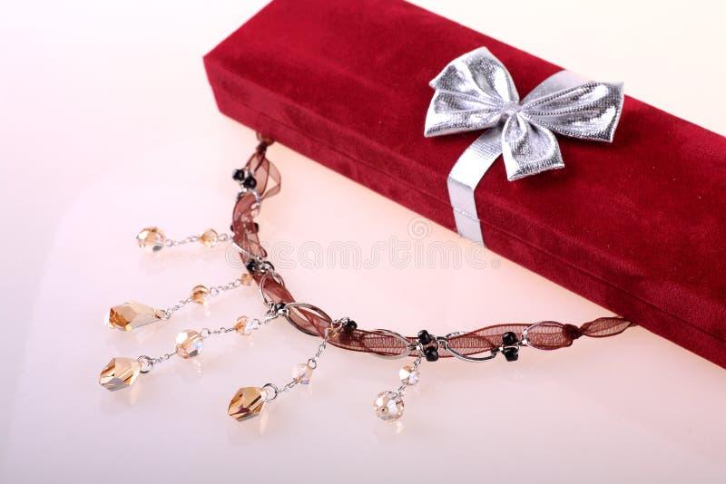 Halskette mit Geschenkkasten stockfoto