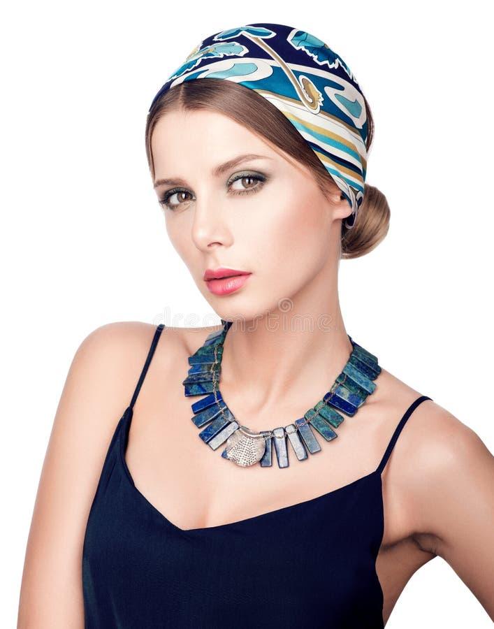 Halskette und Kopftuch Schönheitsportrait der jungen schönen Frau stockfotografie