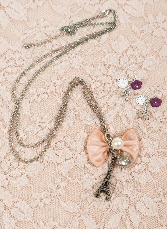 Halskette und Ohrring mit Eiffel-Form stockbilder