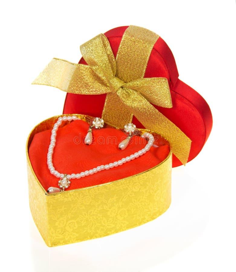 Halskette und Ohrringe in der Goldgeschenkbox lizenzfreies stockbild