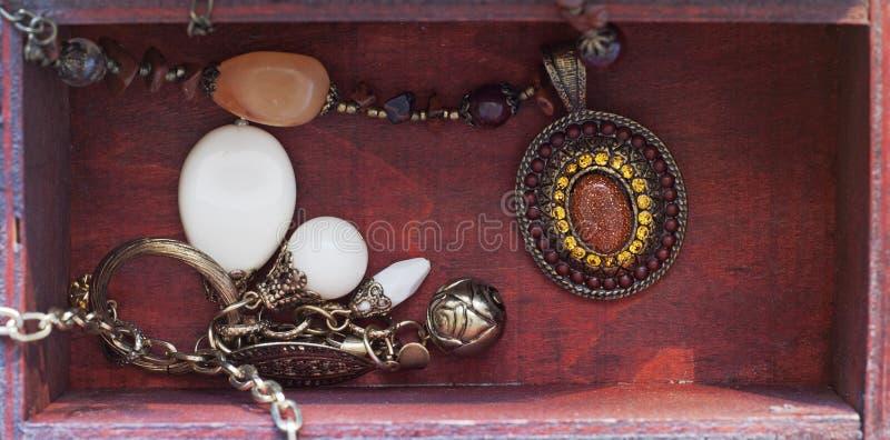 Halsketten in einem Kasten stockfotografie