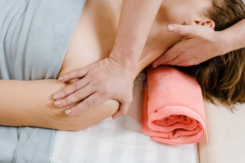 Halsmassage för kvinna arkivbilder