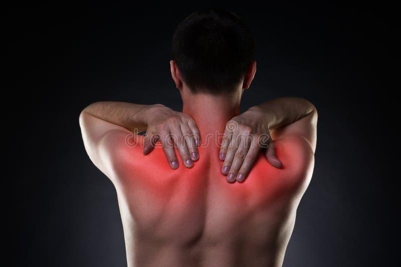 Halspijn, mens met rugpijn op zwarte achtergrond stock afbeelding