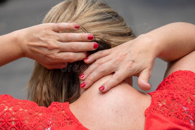 Halspijn of stijfheid stock afbeelding