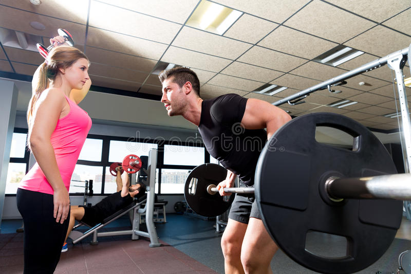 Haltère de barbell de séance d'entraînement de couples d'haltérophilie de gymnase photographie stock libre de droits