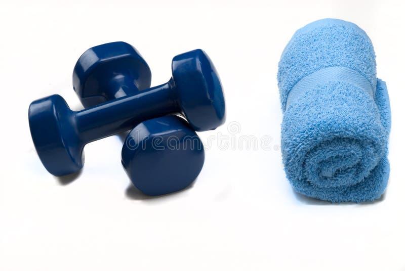 Haltères bleus avec l'essuie-main bleu photographie stock