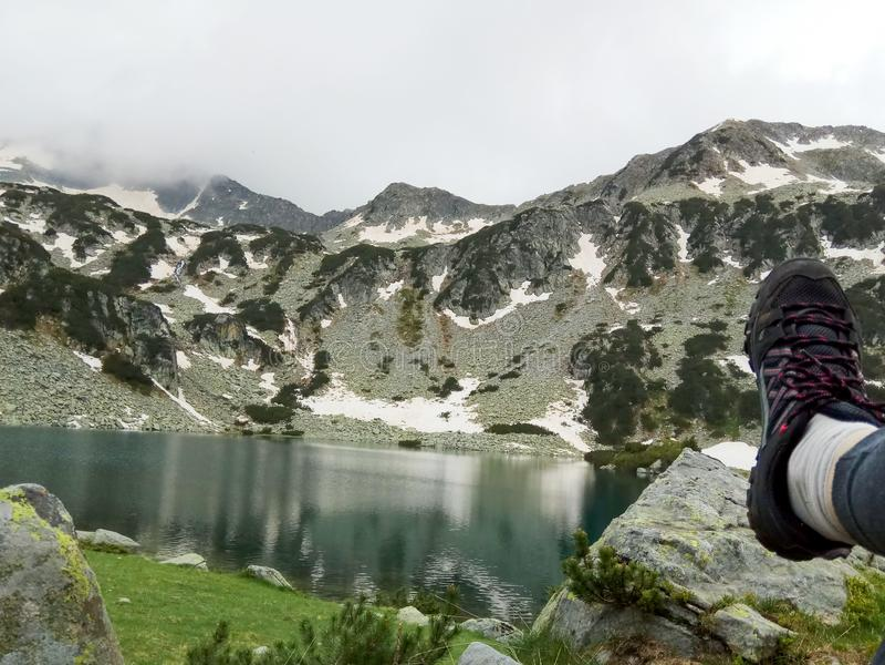 Halt auf dem Ufer von einem Gebirgssee in den Bergen Nationalparks Pirin von Bulgarien lizenzfreie stockfotos