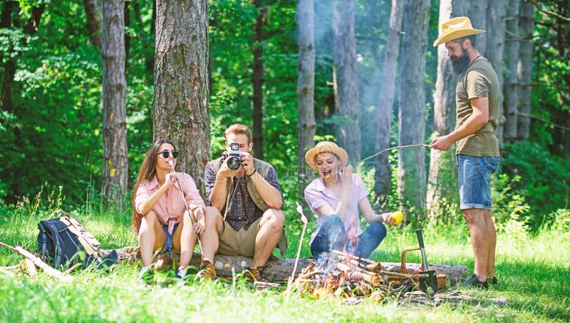 Halt f?r Snack w?hrend des Wanderns Firmenfreunde, die Snackpicknick-Naturhintergrund sich entspannen und haben Kampieren und Wan lizenzfreies stockbild
