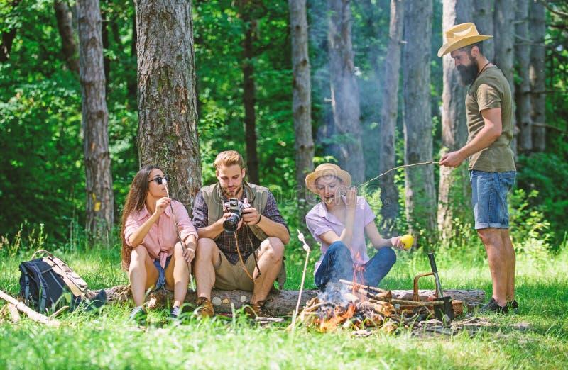Halt f?r Snack w?hrend des Wanderns Firmenfreunde, die Snackpicknick-Naturhintergrund sich entspannen und haben Kampieren und Wan lizenzfreie stockfotografie