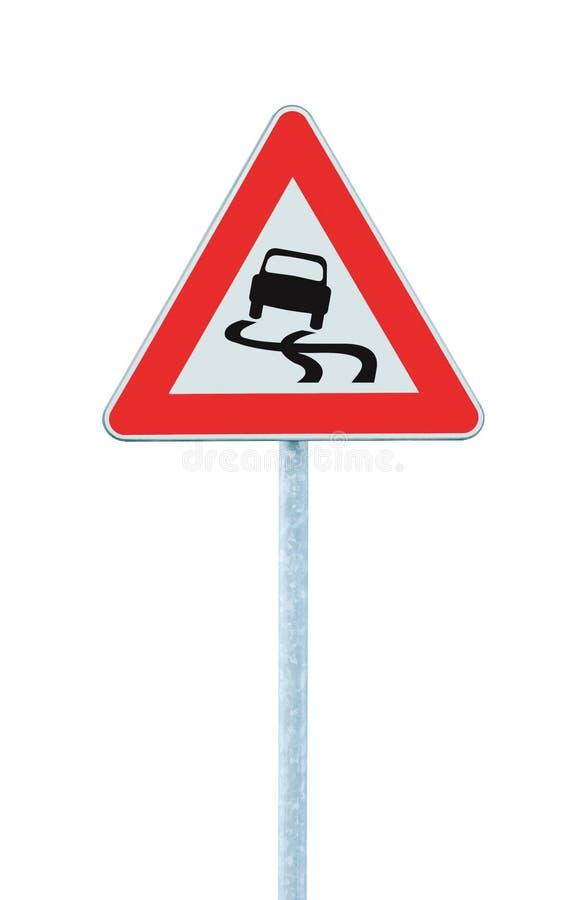 Halt när vått vägmärke, isolerad vägvisarepolstolpe och trafiksignage arkivfoton