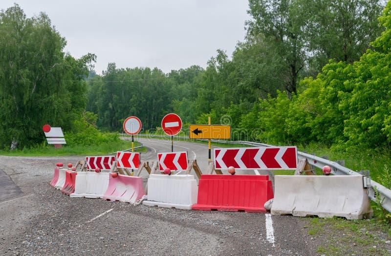 Halt, Umweg, Verkehrsschilder, Reparatur der Straße lizenzfreies stockfoto