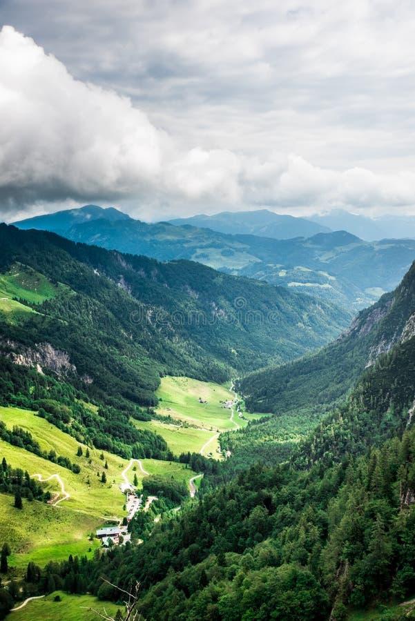 Halte d'Ellmauer aux montagnes de Wilder Kaiser de l'Autriche - pr?s de Gruttenhuette, une hutte alpine, allant, Tyrol, Autriche  photographie stock