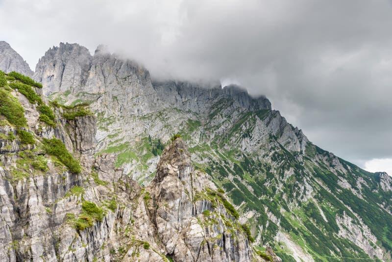 Halte d'Ellmauer aux montagnes de Wilder Kaiser de l'Autriche - pr?s de Gruttenhuette, une hutte alpine, allant, Tyrol, Autriche  photos stock