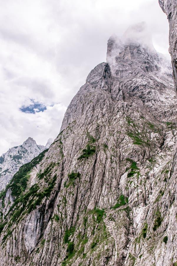 Halte d'Ellmauer aux montagnes de Wilder Kaiser de l'Autriche - pr?s de Gruttenhuette, une hutte alpine, allant, Tyrol, Autriche  image libre de droits