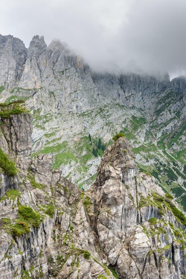 Halte d'Ellmauer aux montagnes de Wilder Kaiser de l'Autriche - pr?s de Gruttenhuette, une hutte alpine, allant, Tyrol, Autriche  image stock