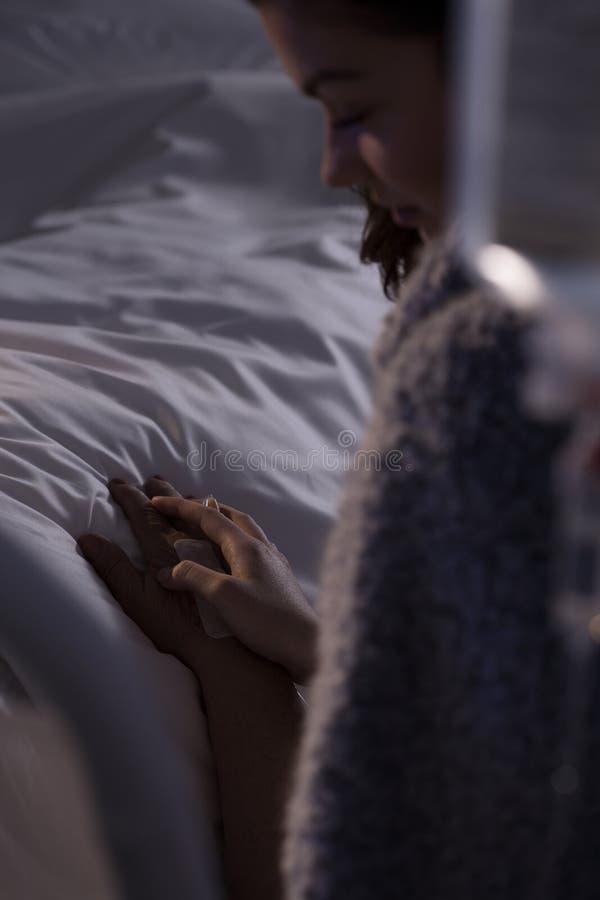 Halten der Hand des sterbenden Patienten lizenzfreies stockfoto