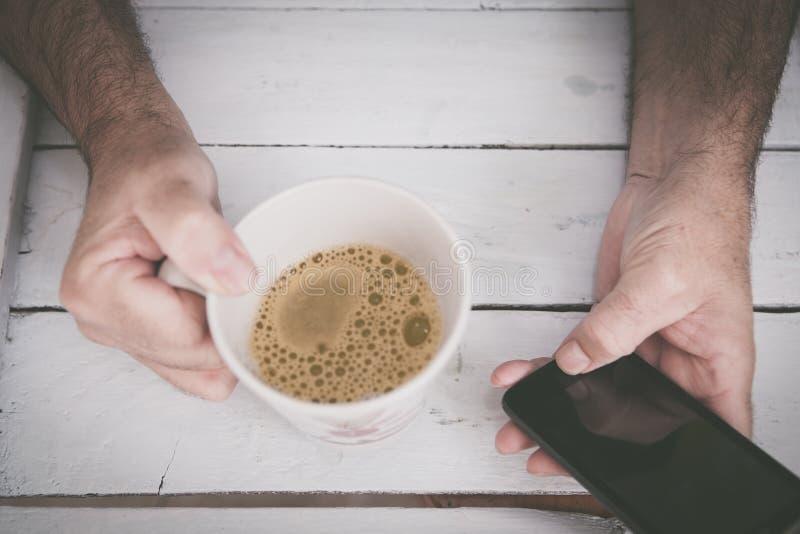 Halten der Schale coffe stockbilder