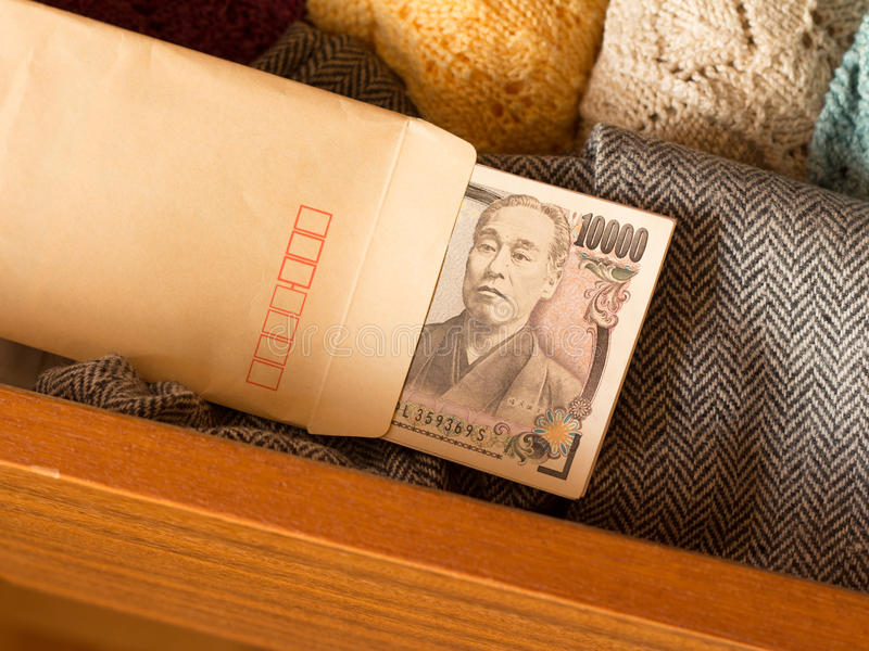Halten des Geldes im Fach, um Steuer zu vermeiden stockfoto
