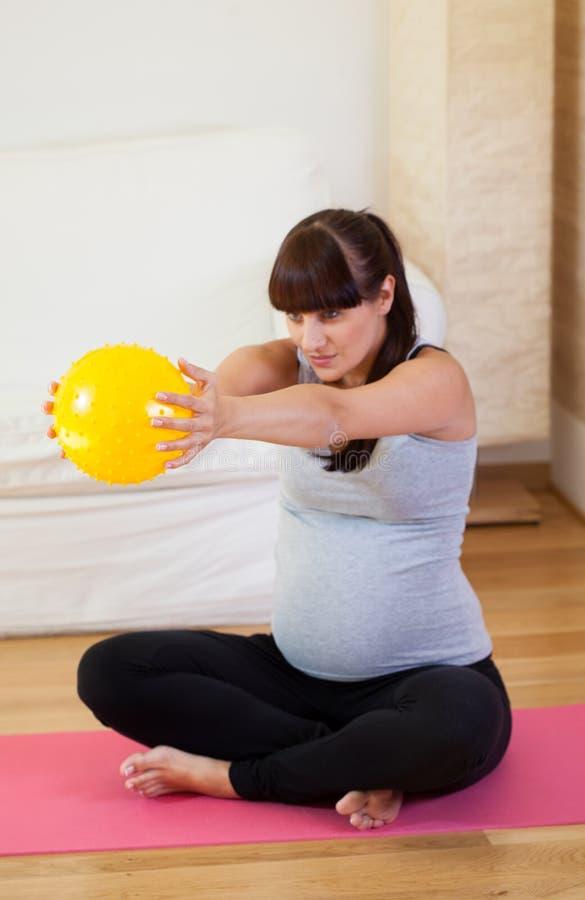 Halten des Sitzes während der Schwangerschaft lizenzfreie stockfotos